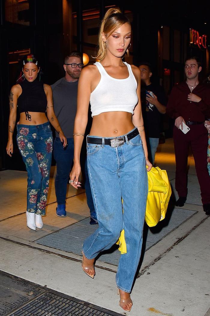 Hai năm trở lại đây, quần skinny không còn giữ được vị thế độc nhất. Bella kết hợp áo ba lỗ croptop và quần ống rộng tạo nên vẻ ngoài năng động.