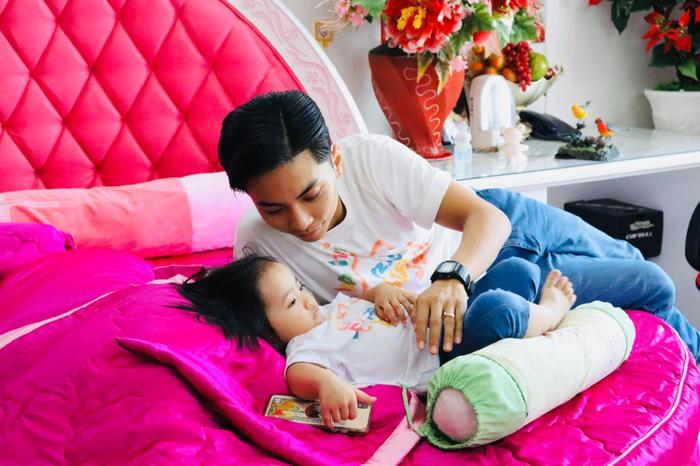 'Ông chồng trẻ' Phan Hiển tham gia thử thách một mình trông con gái Anna