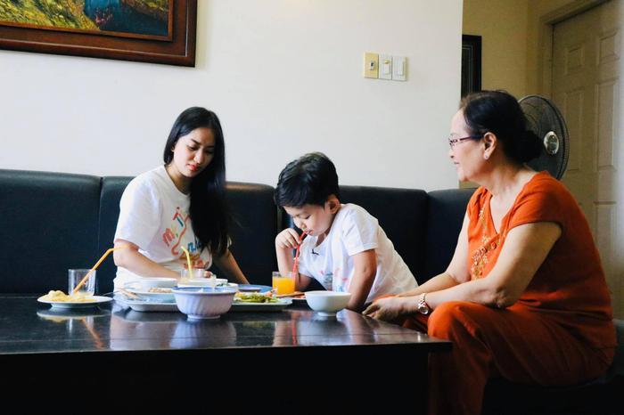 Trong khi Khánh Thi lại đưa con trai đầu lòng sang thăm bà ngoại
