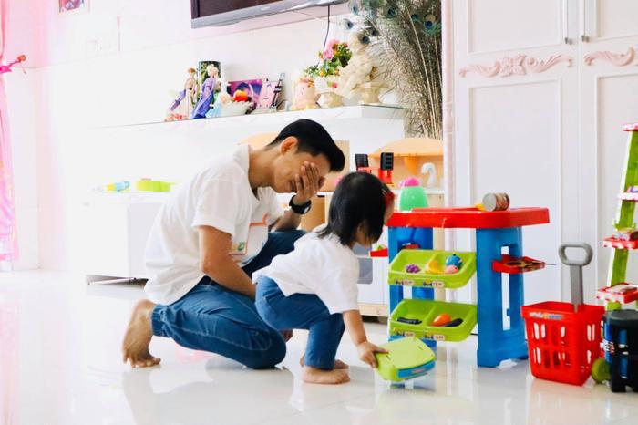 Phan Hiển phải giở đủ chiêu trò để dụ con gái như làm tóc, chơi búp bê nhưng cô bé vẫn không chịu ngồi yên một chỗ