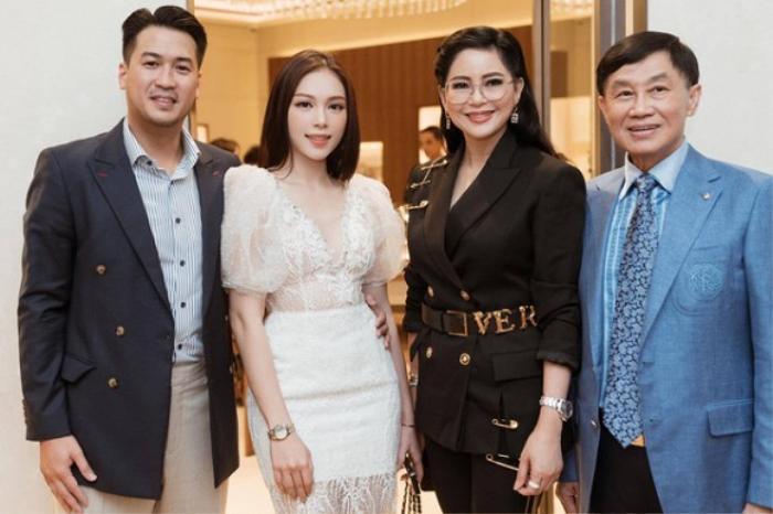 Có thể thấy,bạn gái Phillip Nguyễn và bố mẹ chồng Hà Tăng có mối quan hệ khá tốt đẹp.