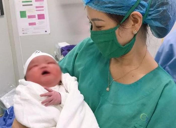 Bác sĩ bất ngờ khi đón bé sơ sinh nặng 6,1 kg chào đời. Ảnh: báo Người Lao Động
