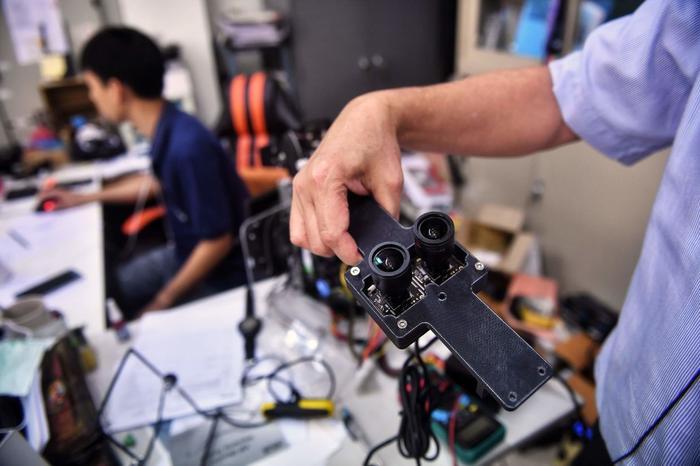 Nhóm nghiên cứu củaĐại học Chulalongkorn đang chạy đua với thời gian để chế tạo nhiều robot ninja hơn, nhằm cung cấp thêm cho 10 bệnh viện khác trên khắp Thái Lan. (Ảnh: Lillian SUWANRUMPHA / AFP)