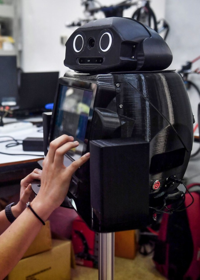 Những chú robot ninja nàycho phép bác sĩ và y tá nói chuyện với bệnh nhân thông qua liên kết video. (Ảnh: Lillian SUWANRUMPHA / AFP)