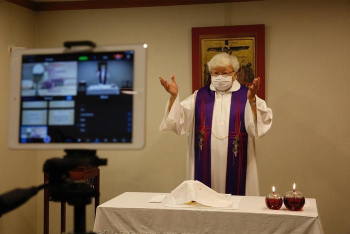 Mục sư Thomas Law Kwok Fai cử hành thánh lễ qua livestream.