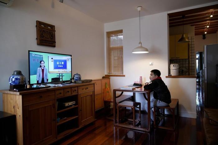 Sha Jie xem chương trình dạy học trên TV.