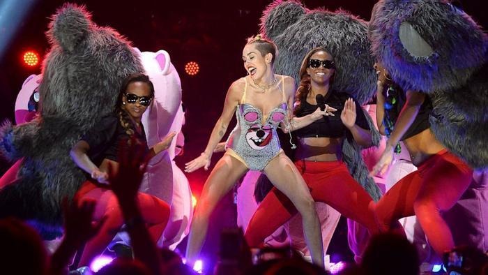 Miley Cyrus trên sân khấu VMAs 2013.