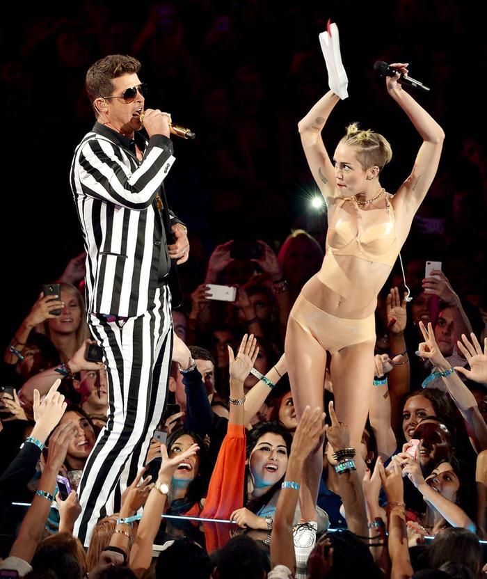 Bị so sánh với gà tây tại VMAs 2013, Miley Cyrus không dám mặc bikini suốt hai năm