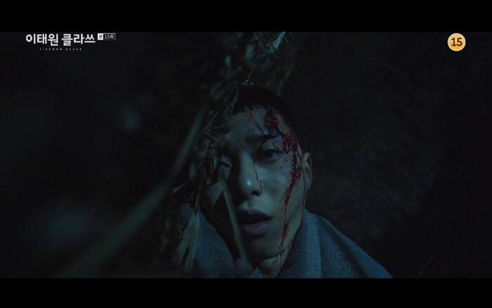 Tập 15 Itaewon Class, Park Saeroyi quỳ gối để cứu Yi Seo, khán giả: 'Đừng mắng biên kịch, phim bám sát nguyên tác webtoon'