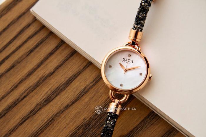 Đồng hồ nữ được thiết kế theo dạng lắc tay vốn rất nhỏ gọn thì việc khảm thêm xà cừ thiên nhiên trên bề mặt giúp tô điểm mặt số thêm phần sành điệu.