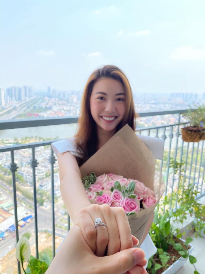 Á hậu 2 Hoa hậu Hoàn vũ Việt Nam 2019 chính thức nhận lời cầu hôn của bạn trai vào ngày 8.3 vừa qua.