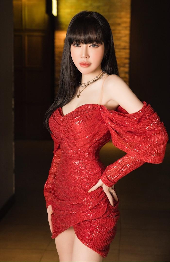 Trước đó Elly Trần từng khiến nhiều người 'phát choáng' trước thân hình 'đồng hồ cát' khi xuất hiện tại một sự kiện