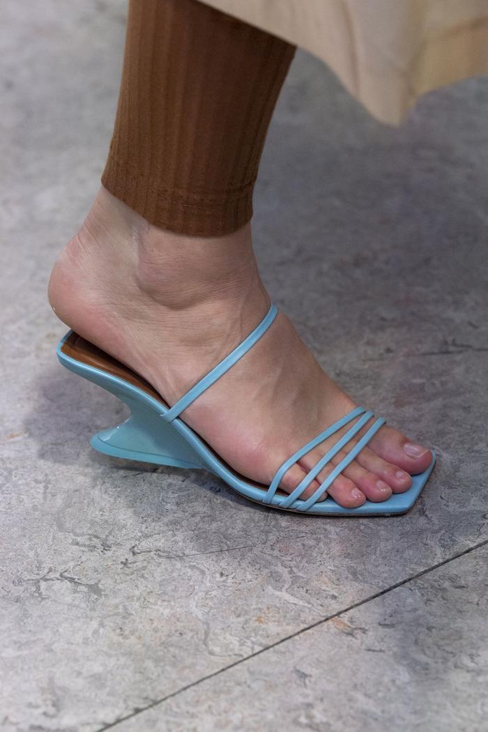 Mùa sale kịch liệt, chị em nhớ ghi sổ 9 xu hướng giày hè 2020 siêu xinh ảnh 0