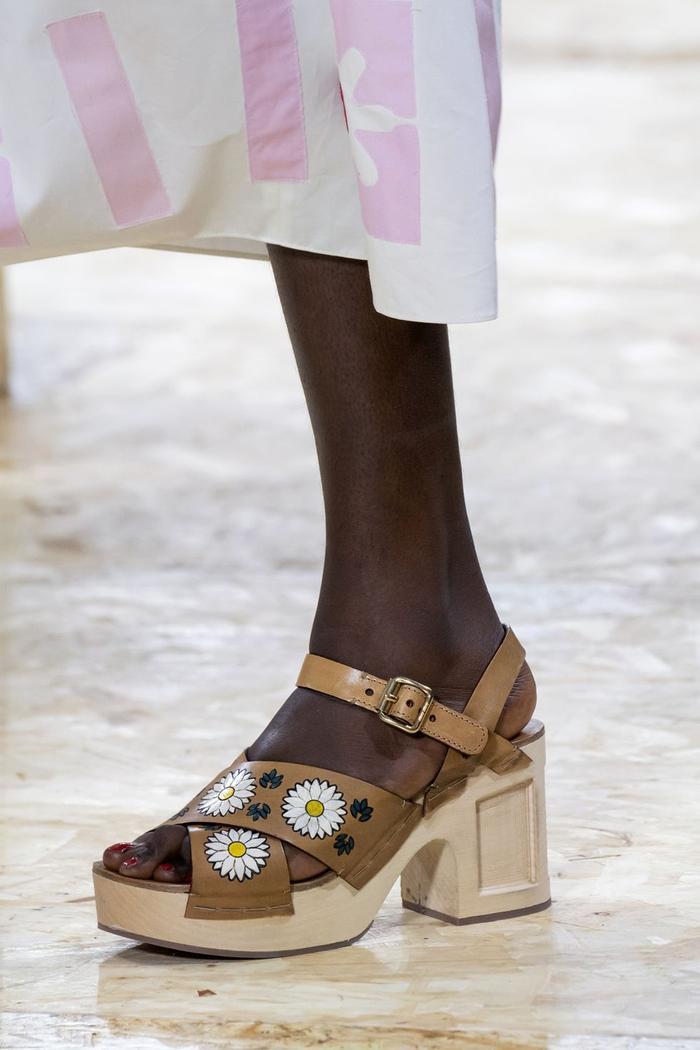 Mùa sale kịch liệt, chị em nhớ ghi sổ 9 xu hướng giày hè 2020 siêu xinh ảnh 4