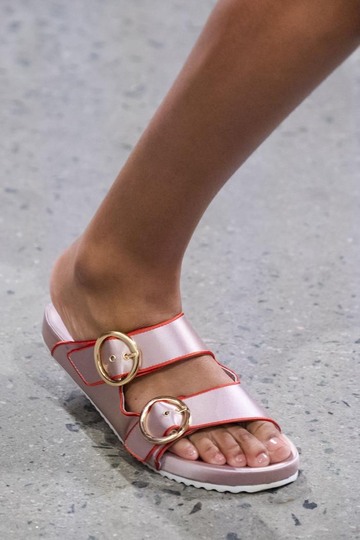 Mùa sale kịch liệt, chị em nhớ ghi sổ 9 xu hướng giày hè 2020 siêu xinh ảnh 28