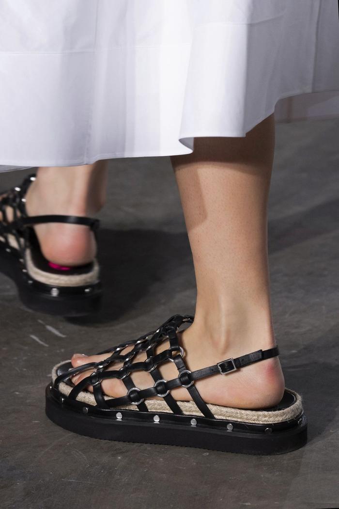 Mùa sale kịch liệt, chị em nhớ ghi sổ 9 xu hướng giày hè 2020 siêu xinh ảnh 30
