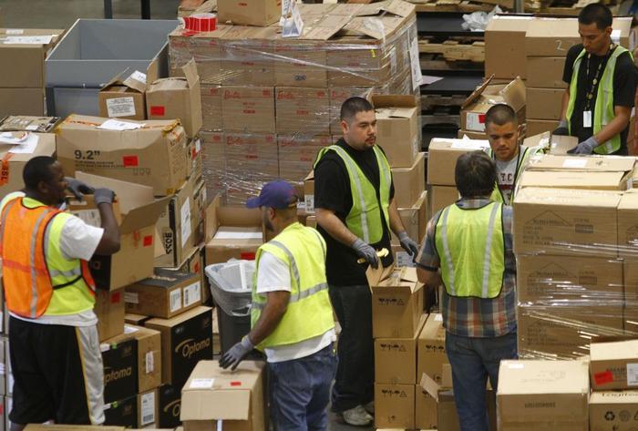 Nhân viên nhà kho của Amazon trong ca làm việc. (Ảnh: Bloomberg)