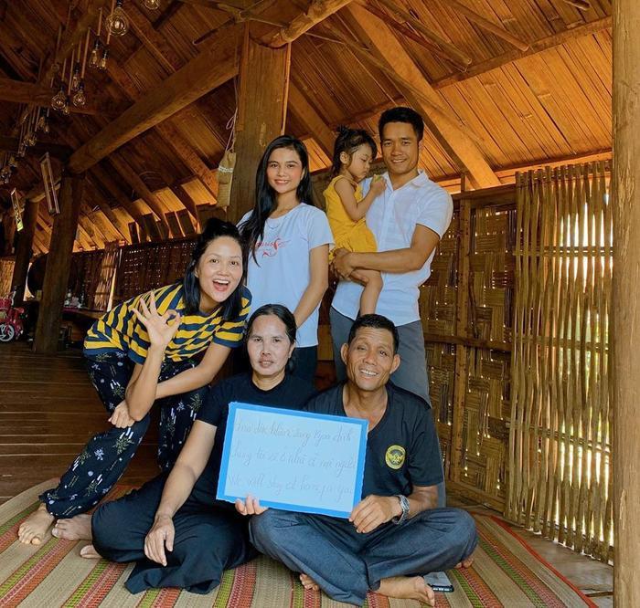 Gia đình hoa hậu H'Hen Niê.