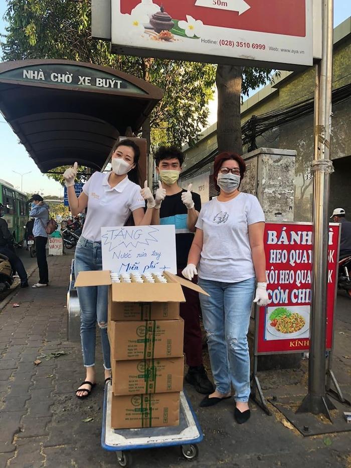 Hoa hậu Khánh Vân cùng mẹ của mình tặng nước rửa tay miễn phí cho người đi đường