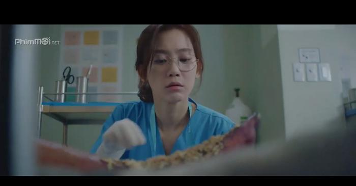 Bác sĩ nữ nội trú Jang Gyeo Ui trực tiếp nhặt ròi từ chân bệnh nhân
