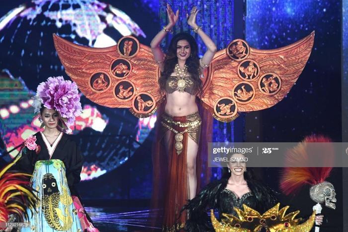 Thí sinh Ấn Độ – Veena Sendre chọn phong cách gợi cảm, trang phục thiết kế độc đáo lấy cảm hứng từ văn hóa tín ngưỡng phồn thực.