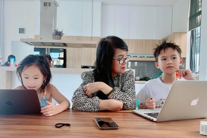 Mẹ vợ Lý Hải là một nhà giáo về hưu, trong những ngày các con của cặp đôi nghỉ học thì chính bà là người dạy dỗ, chăm sóc và hướng dẫn các cháu học bài