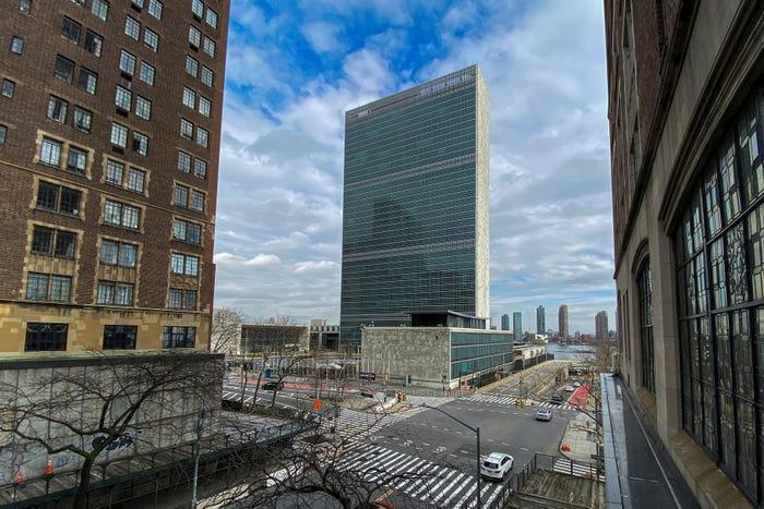 Khung cảnh trướcTrụ sở Liên Hợp Quốc chỉ có lác đác vài chiếc xe hơi đỗ bên đường.