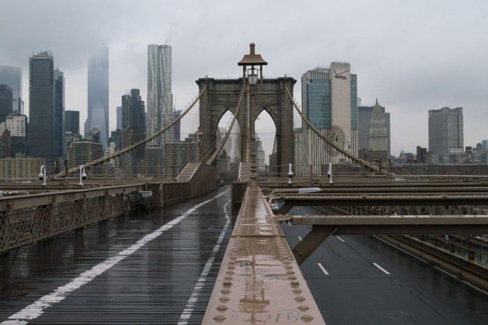 CầuBrooklyn, cây cầu lâu đời nhất nước Mỹ, không bóng người qua lại.
