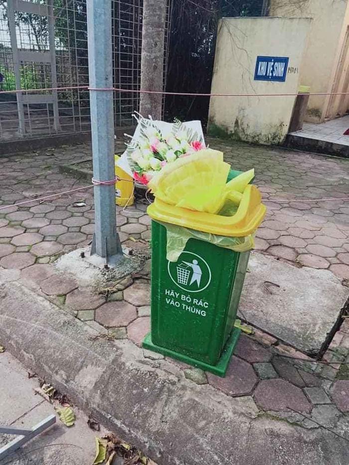 Hình ảnh bó hoa bác sĩ tặng bị ném vào thùng rác