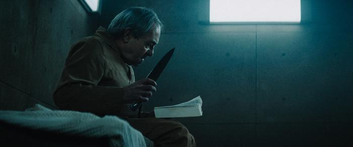 Mỗi người được lựa chọn mang một thứ vào nhà tù, có thể là sách, vũ khí hay thú cưng.