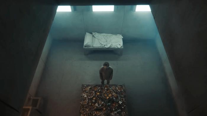 Bộ phim khắc hoạ đời sống trong một nhà tù quái đản, khiến các tù nhân phải tìm mọi cách để sinh tồn, thậm chí là giết những người khác.