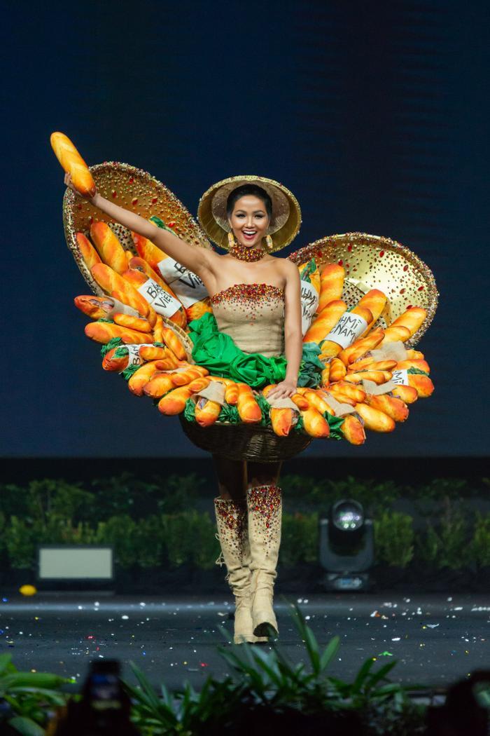Ăn bánh mì lề đường, HHen Niê được khen: Con đẹp như hoa hậu, không cần thi cũng dư đậu ảnh 1