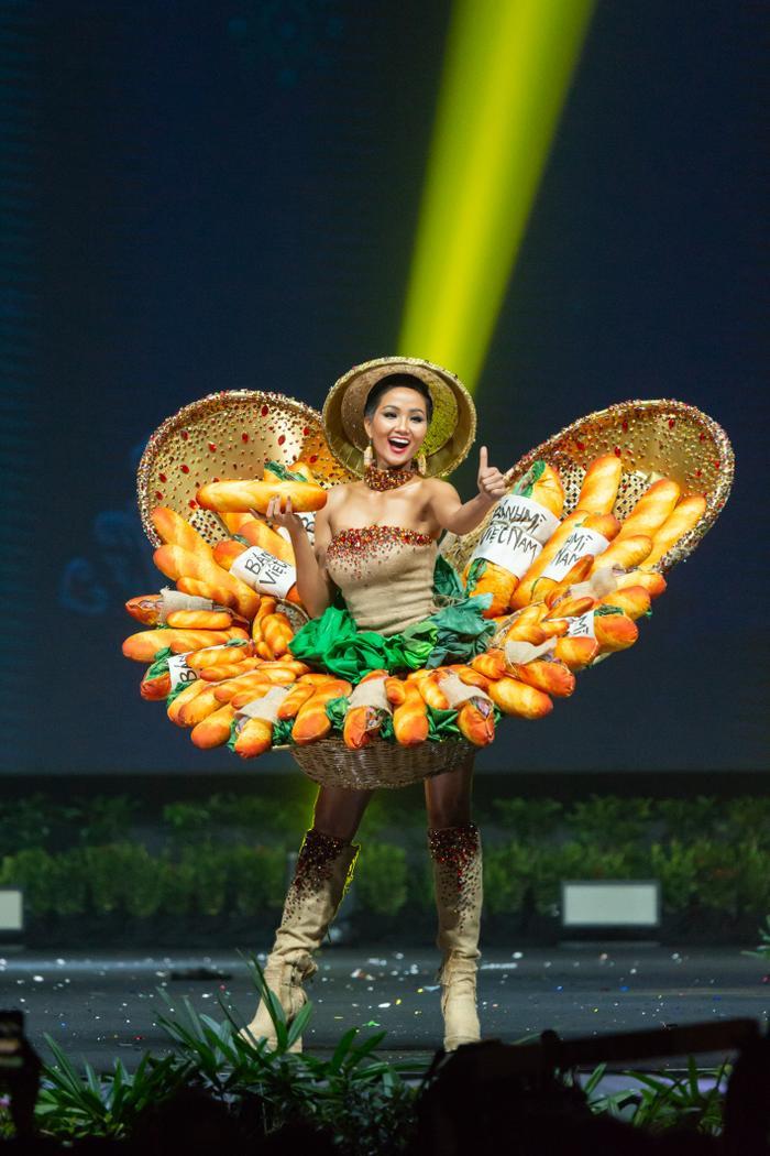 Ăn bánh mì lề đường, HHen Niê được khen: Con đẹp như hoa hậu, không cần thi cũng dư đậu ảnh 0