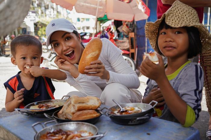 Ăn bánh mì lề đường, HHen Niê được khen: Con đẹp như hoa hậu, không cần thi cũng dư đậu ảnh 4