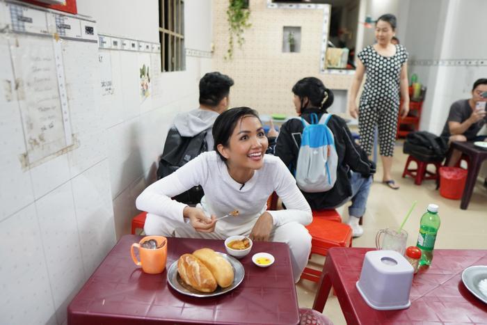Ăn bánh mì lề đường, HHen Niê được khen: Con đẹp như hoa hậu, không cần thi cũng dư đậu ảnh 7