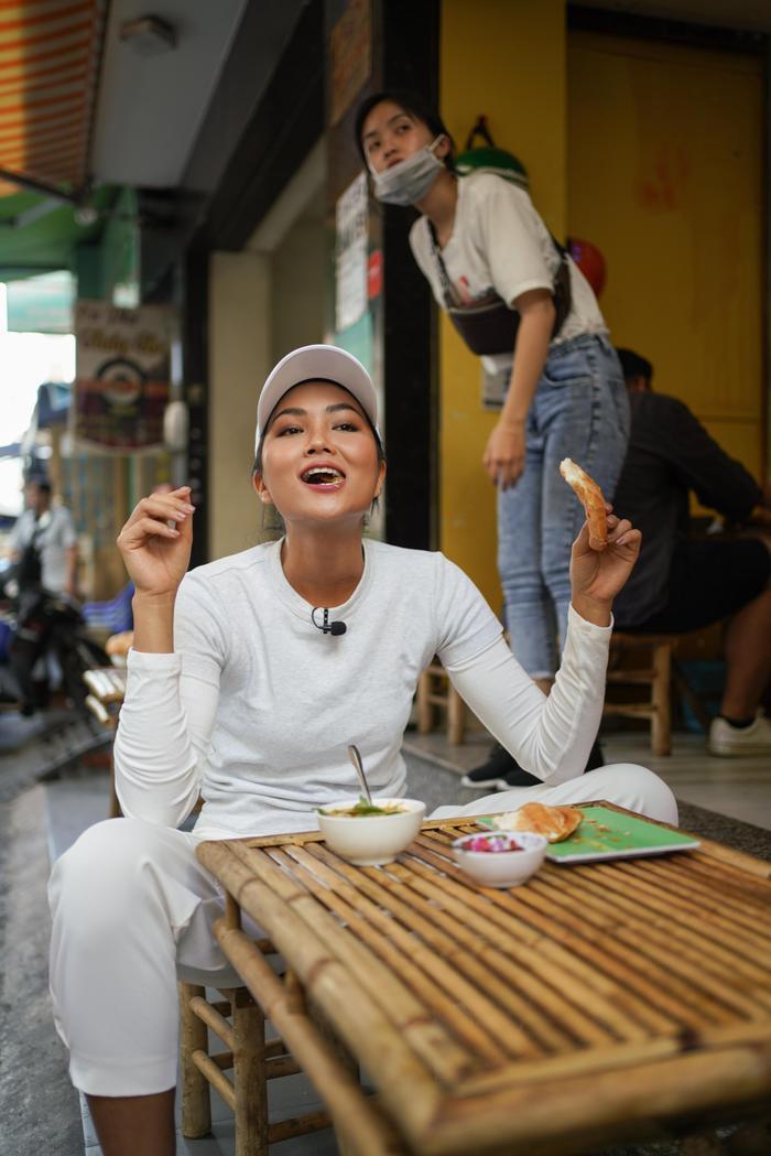 Ăn bánh mì lề đường, HHen Niê được khen: Con đẹp như hoa hậu, không cần thi cũng dư đậu ảnh 8