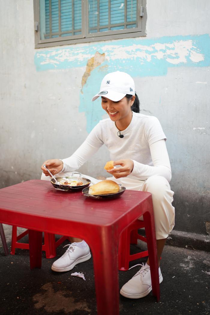 Ăn bánh mì lề đường, HHen Niê được khen: Con đẹp như hoa hậu, không cần thi cũng dư đậu ảnh 3