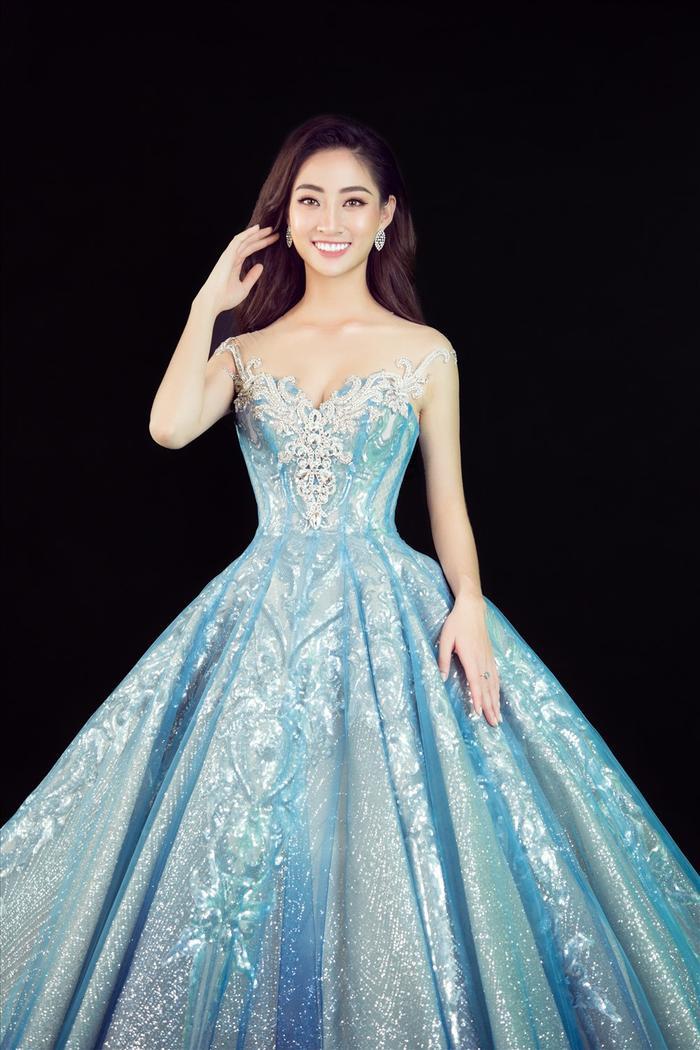 Hương Giang  HHen Niê  Hoàng Thùy đeo khẩu trang tone sur tone với đầm dạ hội làm nên lịch sử ảnh 3
