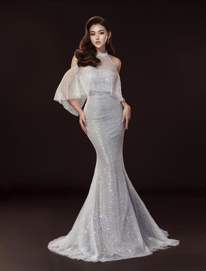 Hương Giang  HHen Niê  Hoàng Thùy đeo khẩu trang tone sur tone với đầm dạ hội làm nên lịch sử ảnh 7