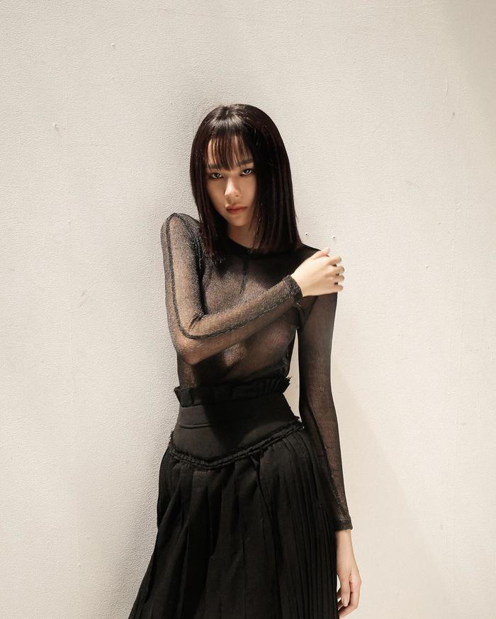 Diện set đồ đen toàn tập cùng phần áo xuyên thấu, Phí Phương Anh chọn cách mặc trơn, thả rông vòng 1 để thể hiện tối đa vẻ gợi cảm của nó.