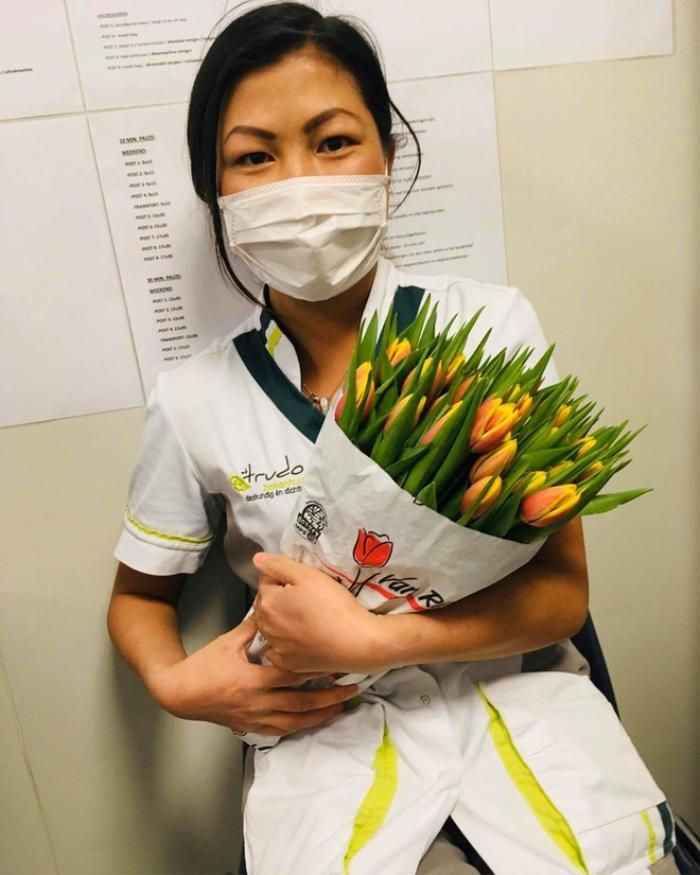 Được biết, vì làm việc chăm chỉ nên cô và các đồng nghiệp đã được bệnh viện tặng hoa.