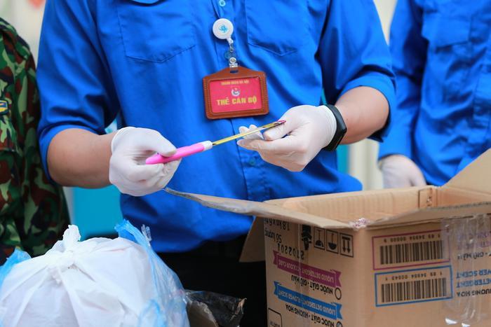 Những dụng cụ sắc bén như dao, vật liệu cứng không được mang vào khu cách ly.