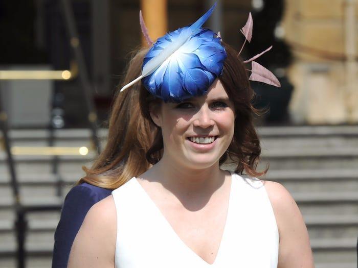 Dù công chúa đội mũ kích thước vừa phải, người ta vẫn luôn phải đặt dấu chấm hỏi về cảm hứng thiết kế.