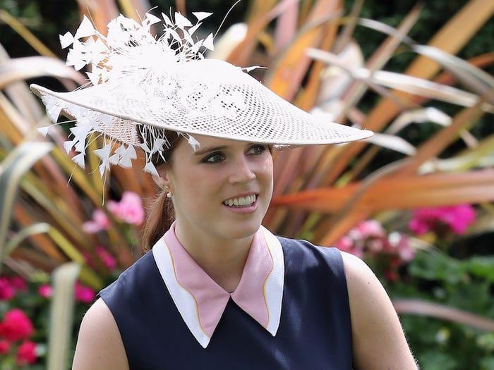 Nhà thiết kế Jess Colletton là người hùng của Eugenie nhưng lại là kẻ tội đồ với công chúng. Công chúa Eugenie trông hoàn toàn lạc quẻ so với chị em khác trong sự kiện Royal Ascot 2016.