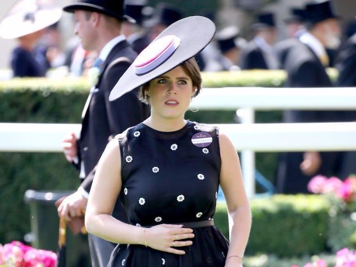Một ngày tháng 6, công chúa nổi hứng đội mũ ngàn đô chẳng khác gì miếng phô mai.