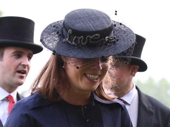 Chắc hẳn nữ hoàng Elizabeth sẽ không thể ngừng nhìn vào chữ 'Love' trên mũ công chúa.
