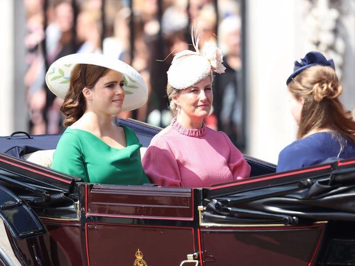 Cạn lời với chiếc mũ không kém gì chiếc mâm của công chúa.