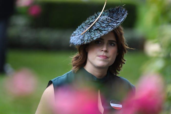 Chiếc mũ của hãng Calvin Klein thực sự rất độc đáo, nhưng liệu có phù hợp với một đại diện hoàng gia?