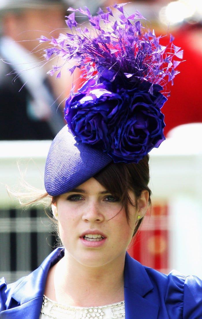 Một trong những tác phẩm xa hoa nhất của công chúa Eugenie là chiếc mũ tím thuộc thương hiệu Philip Treacy.