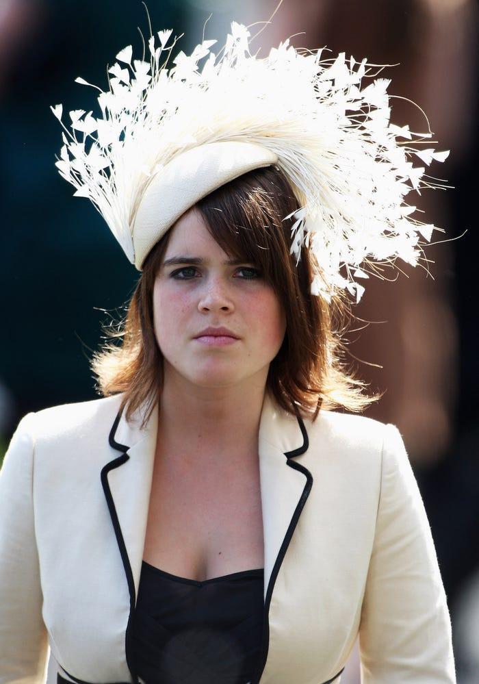 Chiếc mũ lông lá chẳng hề phù hợp với bộ vest nghiêm chỉnh của cô.